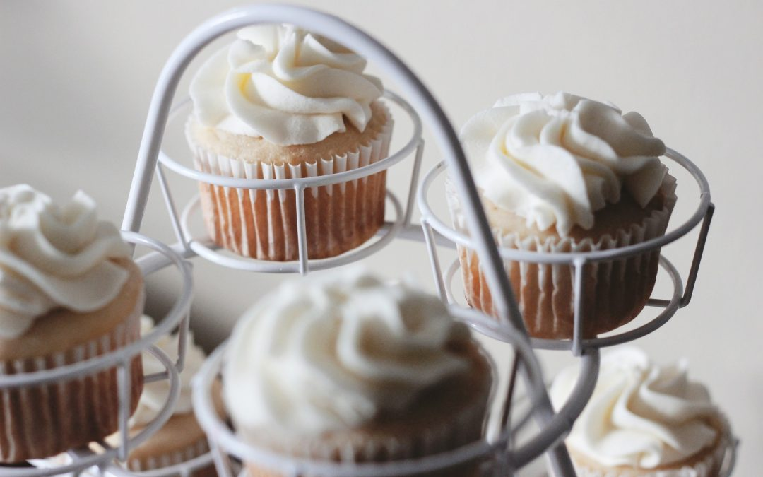 Cupcakes with white frosting sitting on one of the best cupcake stands